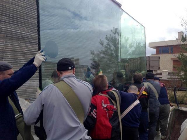 Бронированное стекло весит 900 кг.