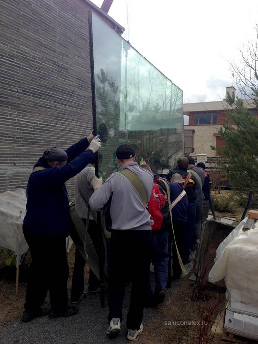 Бронированное стекло весом 800 кг.
