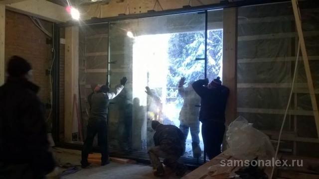Бронированное стекло весит 800 кг.