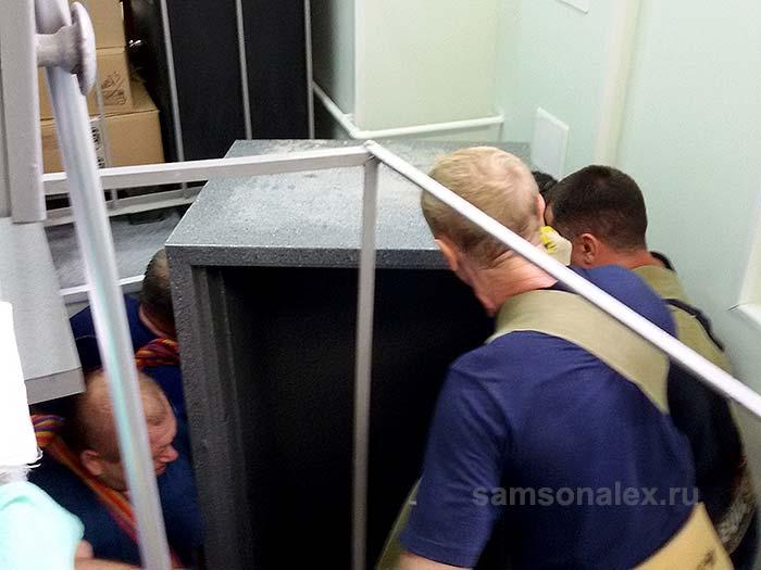Подъем сейфа по винтовой лестнице из подвала